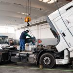 Sostituzione del cambio ZF in un trattore stradale
